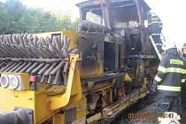 Požár drážního stroje na kolejích v Bohuslavicích na Náchodsku.