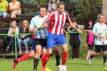 Jaroměřský Martin Kilevník (v červeno-bílém) dal vedoucí gól Jaroměře, pojistku z penalty však později odmítl.