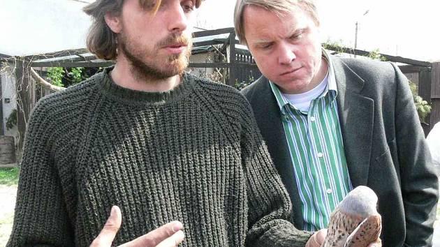 Ochránce zvířat David Číp ukazuje ministrovi Martinu Bursíkovi zraněnou poštolku.