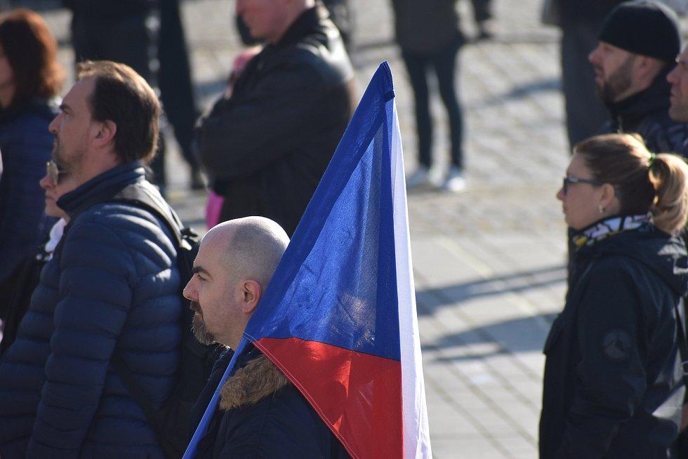 Na hronovském náměstí lidé protestovali proti vládním opatřením okolo koronavirové situace.  Hlavní slovo měl občanský aktivista David Tesař, který vybízel ke změně strachu a nepřátelství na prosperitu a radost. Výzvu k nasazení roušek takřka nikdo neresp