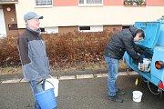 Havárie na vodovodním řadu připravila ráno nepříjemné probuzení více než tisícovce obyvatel sídliště Spořilov. Situaci pomáhala řešit modrá cisterna. Chlapi od vody odstraňovali příčinu havárie v rozbahněném výkopu.