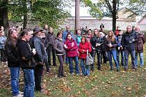 NEDOŽITÉ OSMDESÁTINY Václava Havla si v Broumově ve Schrollově parku připomnělo asi pět desítek lidí.