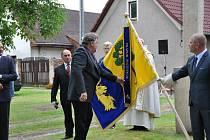 Předseda TJ Sokol Rasošky Vladimír Hynek připevnil na požehnaný prapor první pamětní stuhu.