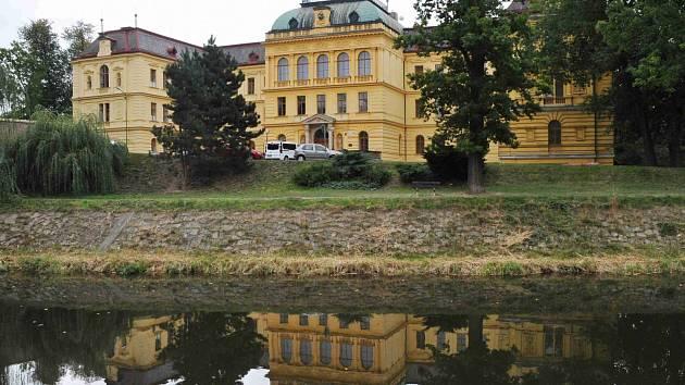 BUDOVA Základní školy Na Ostrově v Jaroměři je nepřehlédnutelná.