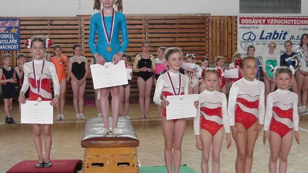 Mladším žákyním, základní stupeň, vládla na Přeborech Královéhradecka ve sportovní gymnastice Pavlína Vejrková.