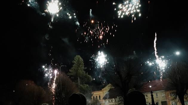 Opravíme náměstí, řekla starostka. Pak vypukl velkolepý ohňostroj.
