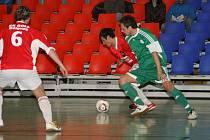 David Hlava (vzadu) odehrál proti Litoměřicím skvělý zápas, spoluhráči Nožkovi připravil dvě gólové trefy.