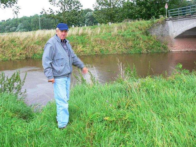 HOŘENICKÝ STAROSTA Josef Kučera nám ukázal, kam až vystoupala voda při záplavách v této obci u Jaroměře.