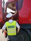 Během čtyř hodin policisté a pracovníci centra za pomoci digitálních přístrojů zkontrolovali osm nákladních vozidel, u sedmi z nich nenašli ani jednu závadu.