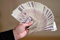 Padělané tisícikorunové bankovky - ilustrační foto.    Náchod - Policie obvinila dva muže v Náchodska z padělání peněz. Podle kriminalistů s pomocí běžně dostupné domácí počítačové techniky a tiskárny v uplynulých měsících vyrobili padělky bankovek nominá