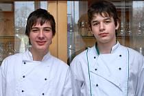 Daniel Kracík (vlevo) a Martin Pluhař projevili svou duchapřítomnost ve chvíli, kdy dvanáctiletá dívka narazila při sáňkování v Náchodě do betonového sloupku a začala krvácet.