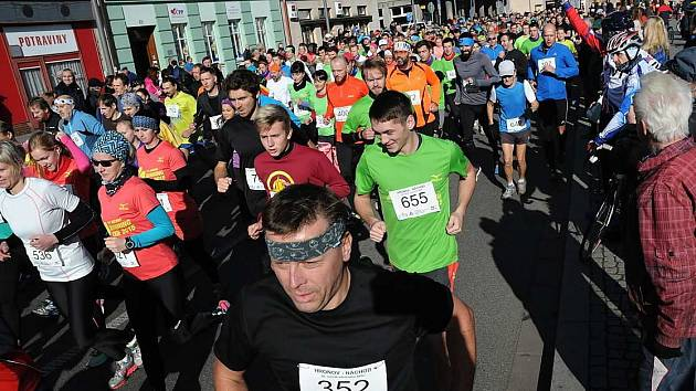 NA START letošního ročníku silničního běhu Hronov-Náchod se postavilo rekordních 767 závodníků.