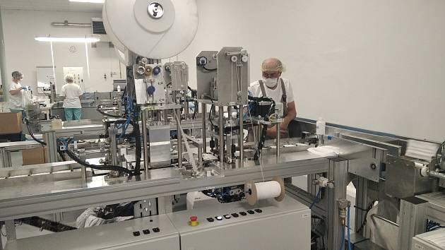 Výrobní linka na roušky v červenokostelecké firmě Batist.