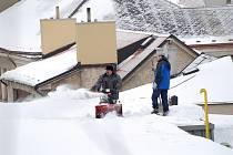 Střecha Wikov arény byla zbavena vrstvy sněhu, aby nedošlo k překročení nosnosti.