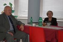 Miroslav Vávra, ředitel náchodské nemocnice, spolu s Janou Třešňákovou, krajskou radní zodpovědnou za oblast zdravotnictví.