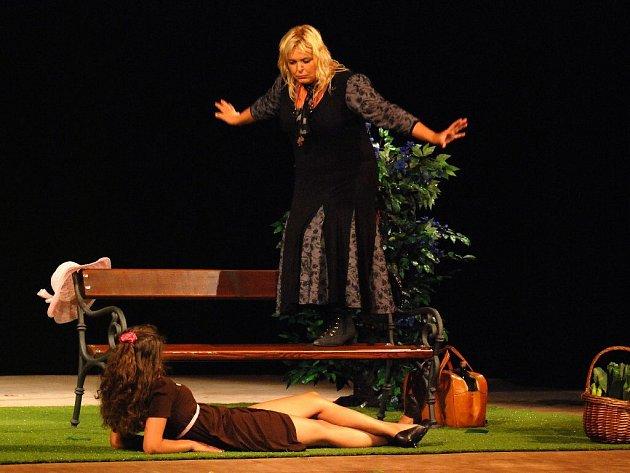 """Divadlo Luna Stochov se představilo satirickou komedií plnou absurdních situací Jean-Claude Danauda """"Ach ta něha našich dam"""""""