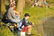 RYBÁŘSKÉ ZÁVODY přilákaly v sobotu ke Katovně 93 rybářů.  Pořadatelům a sponzorům patří velký dík za uspořádání rybářského klání v krásném pozdněletním počasí.