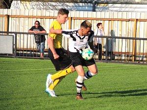 Červený Kostelec posunul do semifinále dvěma góly David Hlava (v pruhovaném).
