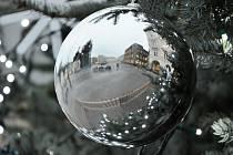 ADVENTNÍ ATMOSFÉRA v ledovém objetí posledních dní na náměstí v Náchodě.