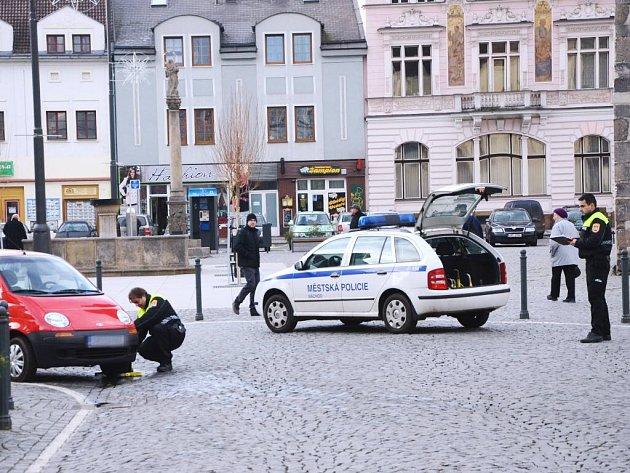 Střážníci městské policie mnohem intenzivněji kontrolují, zda řidiči na náchodském Masarykově náměstí správně parkují.
