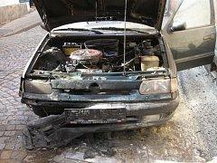 TECHNICKÁ ZÁVADA osobního vozidla Škoda Felicie byla zřejmě příčinou požáru, ke kterému ve čtvrtek krátce po 16.00 hodině vyjeli profesionální hasiči z Broumova.