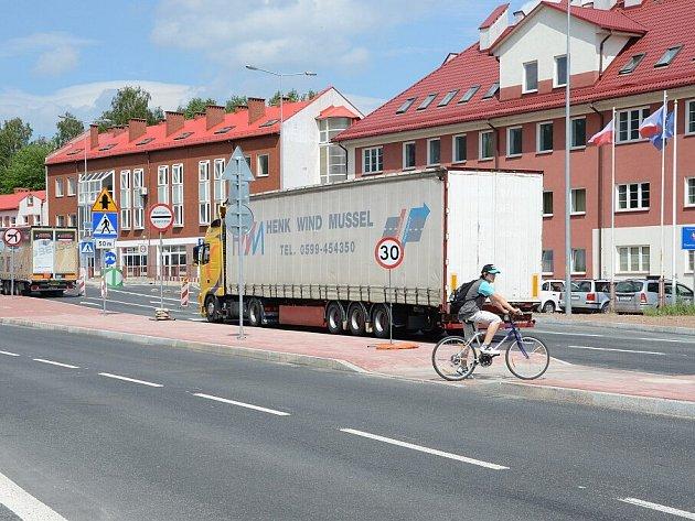 Nebezpečné křížení cyklostezky s mezinárodní silnicí u bývalého hraničního přechodu v Náchodě-Bělovsi..