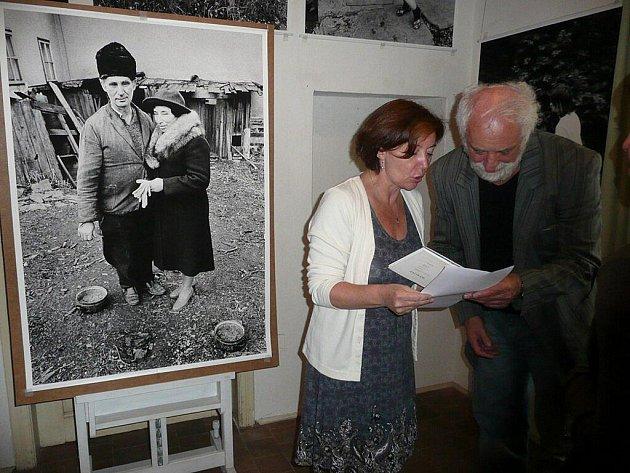 Fotograf Jindřich Štreit s Václavou Henclovou U mistra s palmou. Vlevo je Štreitova fotografie jeho rodičů.