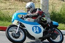 IDEÁLNÍ víkend neprožil v Ostravě-Radvanicích ani Miloš Thér jezdící za AMK Police. I přes problémy obsadil ve třídě Klasik 125 ccm páté místo, ve třídě Klasik 350 ccm pak byl třetí.
