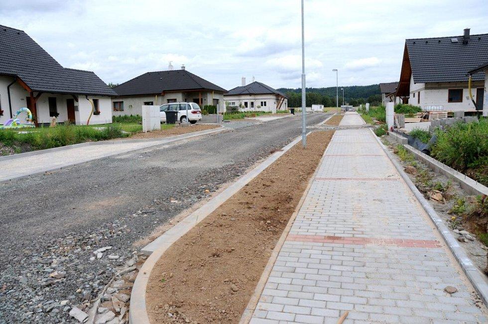 Výstavba nových chodníků na sídlišti ve Velkém Poříčí začala na jaře, vše je před dokončením.