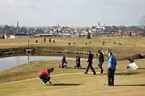 Odpalování prvních letošních míčků na trávníku golfového hřiště u Broumova.