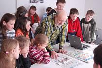 Jaromír Fridrich kdysi s novinami mezi školáky.