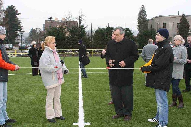 Otevírání fotbalového hřiště s umělým povrchem v Náchodě v Bělovsi.