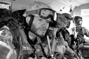 Český válečný veterán Martin Kofroň vynalezl po úrazu páteře v Afghánistánu vlastní cvičební systém a nářadí k posílení celého těla a úlevě od bolesti zad.
