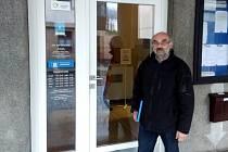 Zmocněnec přípravného výboru Karel Jára před Městským úřadem v Hronově, kam v pondělí odpoledne přinesl podat návrh na konání místního referenda.