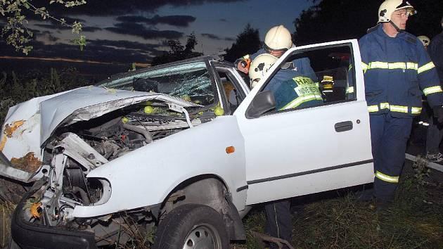 Z místa nehody - automobil narazil do stromu.