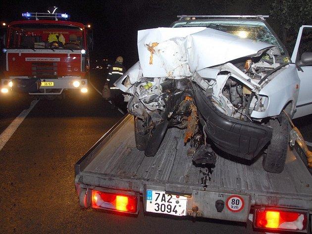Na silnici z Náchoda ve směru na Nové Město došlo k dopravní nehodě. Při karambolu automobil narazil do stromu, který pokácel. Při nehodě byla jedna osoba zraněna.