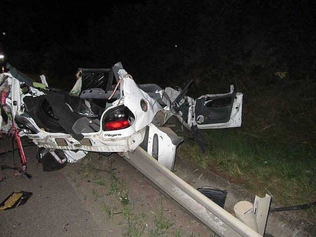 K tragické dopravní nehodě došlo ve středu v noci na hlavní silnici z Hradce Králové do Jaroměře. Řidič automobilu nepřežil náraz do betonových sloupů.