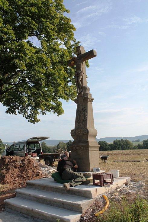 Přestěhovaný křížek prošel procesem očisty a impregnace. Pak už došlo na zvýraznění nápisu černou barvou.