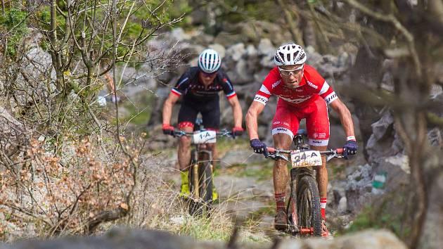 Červenokostelecký cyklista Michal Kaněra (v červeném) zvítězil v letošním ročníku 4 Islands.