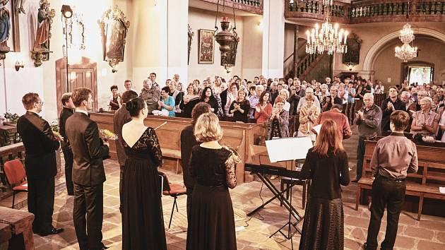 Vystoupení souboru Musica Braunensis, který byl založen v roce 2007 zpěvákem a místním rodákem Jakubem Hrubým, si nenechalo ujít přes 300 posluchačů.
