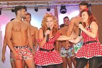 ZPĚVAČKA MICHAELA NOSKOVÁ dováděla spolu s kamarádkou při zpívání na pódiu s finalisty Muže roku ve spodním prádle.