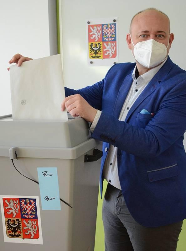 David Novotný, prezident soutěže Muž roku a  organizátor mnoha dalších akcí, přijel v sobotu do rodného Náchoda. Volil v Základní škole na Plhově.