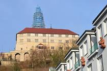 Oprava velké věže na náchodském zámku.