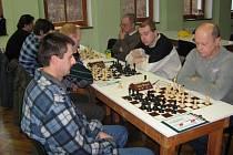 Na výhře  hronovských šachistů 7:1 se jedním bodem podílel i Duch (vlevo), vpravo se pak marně snaží získat body červenokostelecká trojice Vacek, Brát a Volhejn.