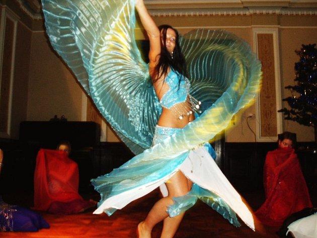 V sálu josefovské radnice se představila také taneční skupina Yasmin předvádějící orientální tance.