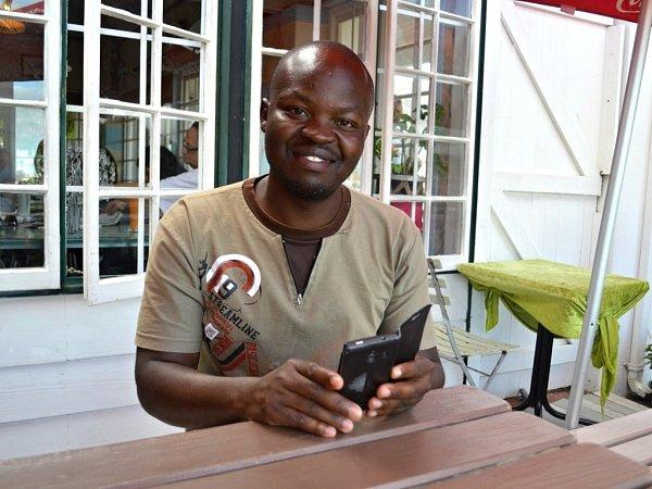 HABIL OJINA zkeňského Nairobi musel trávit Vánoce vKapském Městě, daleko od rodiny.