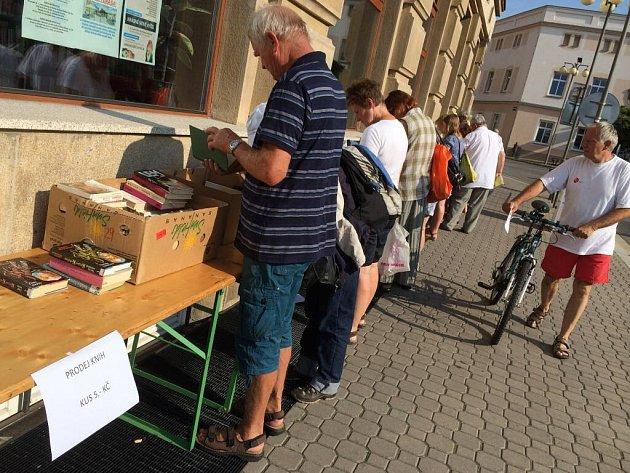 Na ulici před knihovnou začal výprodej starších vyřazovaných knihy pouze za symbolickou cenu.