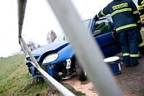 Vozidlo značky Citroen narazilo do ochranného zábradlí na cyklostezce vedoucí souběžně s hlavní silnicí.