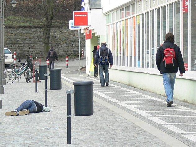 Několik minut si ležící dívky (v levém  dolním rohu) nikdo nevšímal. Teprve poté se někteří kolemjdoucí rozhodli situaci řešit a Tereze poskytli první pomoc.
