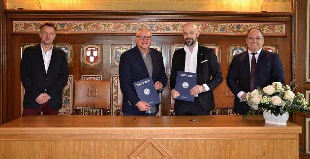 SMLOUVU OSPOLUPRÁCI podepsali předseda představenstva Oblastní nemocnice Náchod Zbyněk Chotěborský a Andrzej Bugajski, prorektor Vysoké školy fyzioterapie ve Vratislavi.